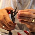 alumna cortando cobre para la realización de una pieza